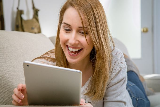 happy-woman-ipad